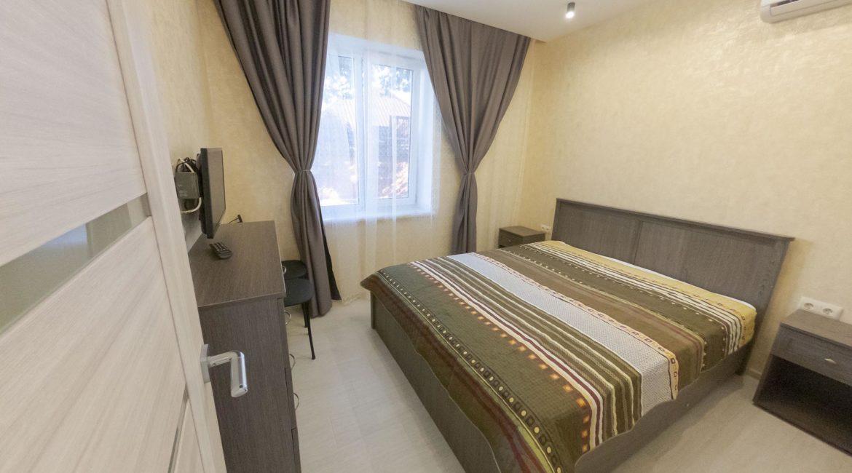 Спальня с кондиционером и ТВ